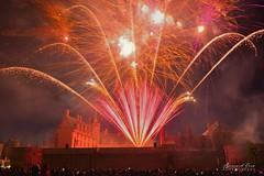Des gerbes rouges colorent les façades et les remparts du château, feu d'artifice du 14 juillet, Nantes :copyright: Bernard Grua