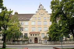 2259 Historische Schularchitektur - Schulgeb�ude vom Werner Heisenberg Gymnasium in Riesa; ehem. Volksschule Gr�ba, eingeweiht 1908. Zwischenzeitlich Lazarett, August-Bebel-Schule und Friedlich-Engels-Schule.