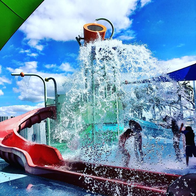 149/365 • the Smalls under the bucket - #Bowen has a free water park!! • . #cruising #Winter2017 #queensland #bellalunaboat #bliss #sunshine #fun #sisters