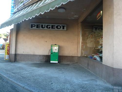 Peugeot + Zapfsäule