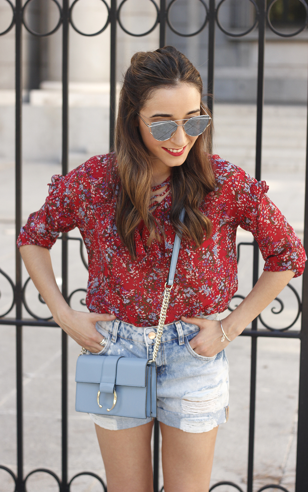 Red flower blouse ripped shorts heels uterqüe bag summer outfit09