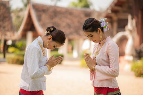 Strange ways of greeting people in different countries 3thailand wai m4hsunfo