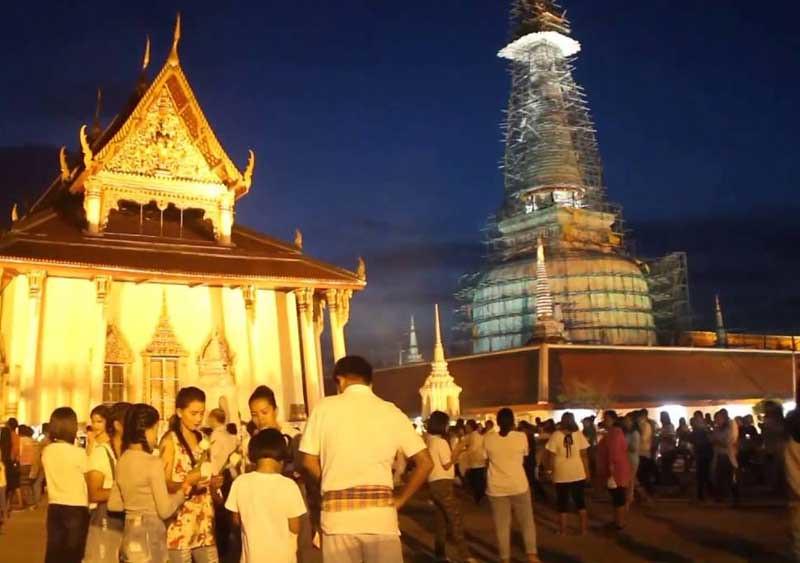 Umat Buddhis berkumpul di Mahavihara Phra Mahathat Wora (Wat Phra Mahathat Woramahawihan), Provinsi Nakhon Si Thammarat, Thailand, Selasa (19/7/16) untuk merakan Asalha Puja 2559 EB.