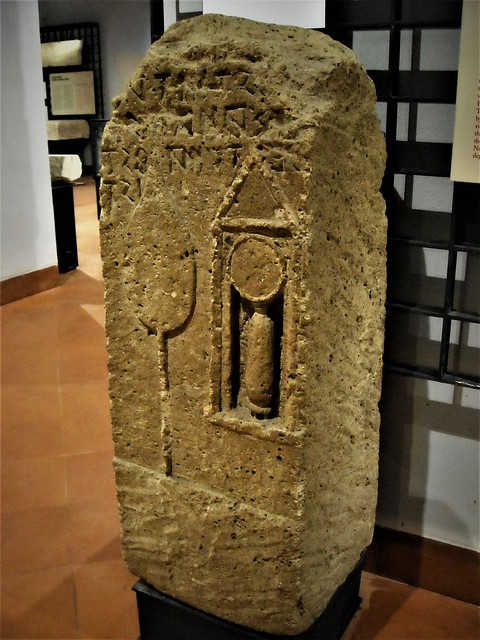 Stele. On it are represented in bas-relief a flabellum and a small box containing an ointment-holder and a mirror - Tuff (2nd century BC) from Cuma - Inscription in oscan alphabet, written to right to left: