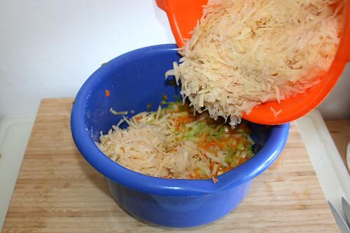 33 - Kartoffeln zu Gemüse geben / Add potatoes to vegetables