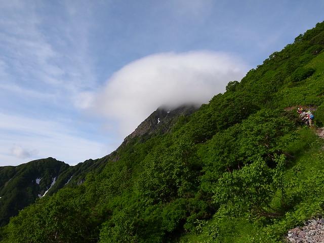 雲に覆われる山頂