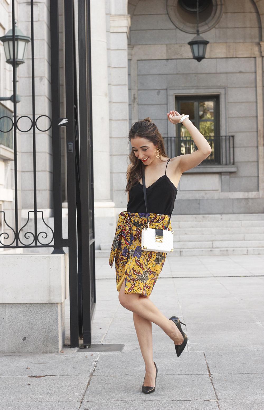mustard floral skirt uterqüe bag heels summer outfit12