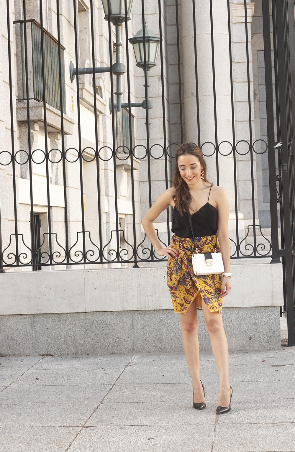 mustard floral skirt uterqüe bag heels summer outfit02