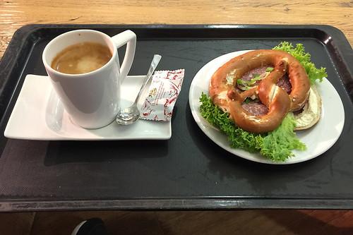 03 - Salamibrezel & Kaffee - Flughafen München