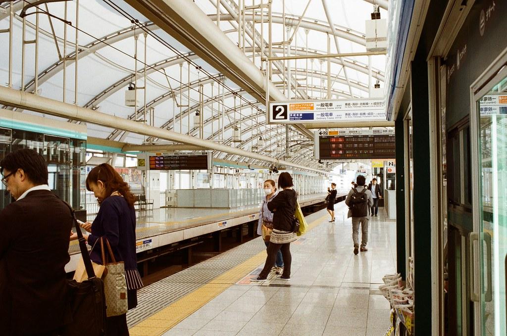 日暮里 Tokyo, Japan / Kodak ColorPlus / Nikon FM2 我記得那年夏日我們從上野搭 Skyliner 回成田機場,中間有停靠日暮里。  不過我不趕時間,在日暮里搭京成電鐵的普通車慢慢的回成田機場。  妳知道嗎,經過佐倉時,我想起了東日本流浪的第一站,我想起自己走在路上的場景。  妳知道嗎,我有好多事情想要和妳說,但那時候妳卻是這樣的回應,我想我也沒什麼好思考的。  不管接下來的任何人,時間到了,就是該走的時候。  Nikon FM2 Kodak ColorPlus ISO200 Nikon AI AF Nikkor 35mm F/2D 1003-0032 Photo by Toomore