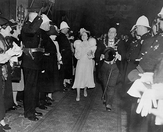 Queen Elizabeth and Mayor Camillien Houde leaving Windsor Station, Montréal, Quebec / La reine Élisabeth et le maire Camillien Houde sortant de la gare Windsor, Montréal (Québec)