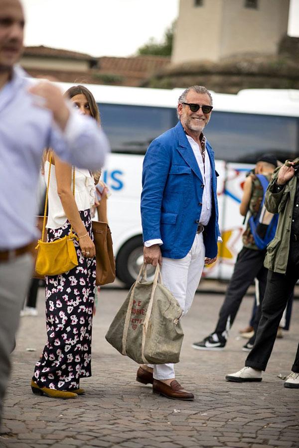 ブルーサファリジャケット×白シャツ×白パンツ×ブラウンコインローファー