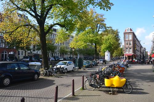 Ein Fahrrad mit gelben Holzschuh sticht heraus.