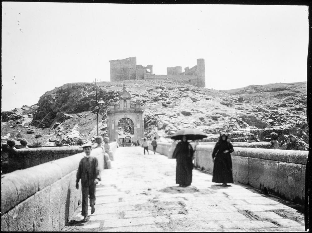 Castillo de San Servando visto desde el Puente de Alcántara hacia 1906. Fotografía de Charles Fournier © Fototeca del IPCE, MECD. Signatura MOR-007_P