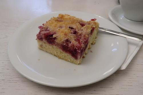 Blechkuchen mit Buttermilchteig, Himbeeren und Kokos-Zucker-Schicht (im Café Glück in Fulda)