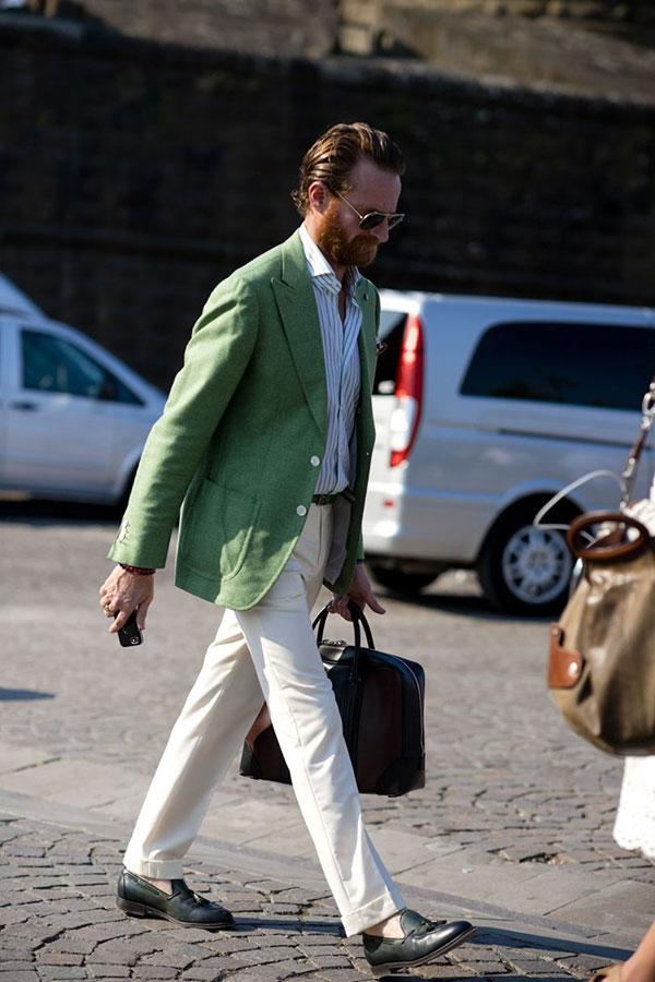 ライトグリーンテーラードジャケット×ストライプシャツ×白パンツ×黒タッセルローファー