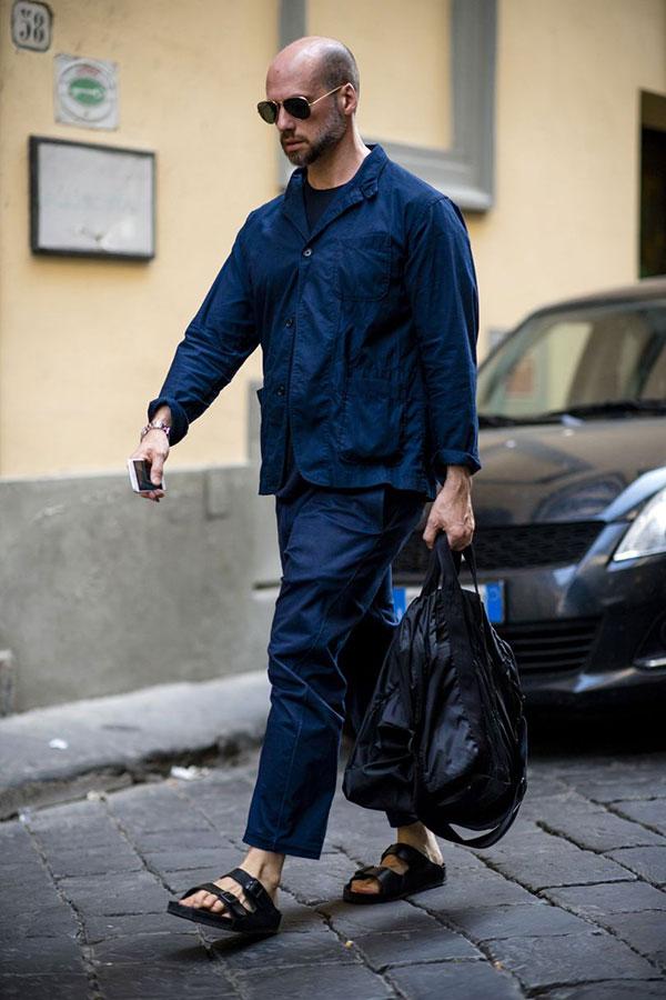 ネイビーワークジャケット×ネイビーTシャツ×ネイビーパンツ×黒サンダル