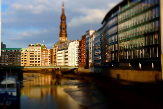 Hamburg / Holzbrücke mit Blick auf das Nikolaifleet