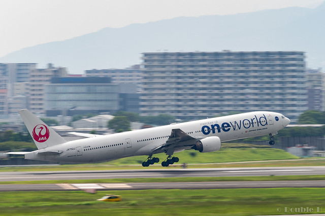 "Itami Airport 2017.7.27 (24) JA752J / JAL's B777-300 with ""oneworld"" logo"