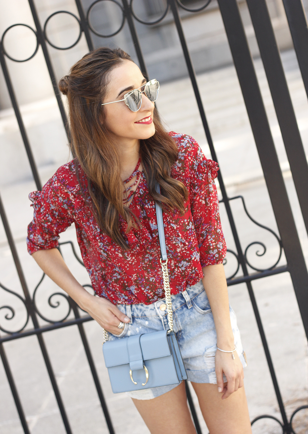 Red flower blouse ripped shorts heels uterqüe bag summer outfit08