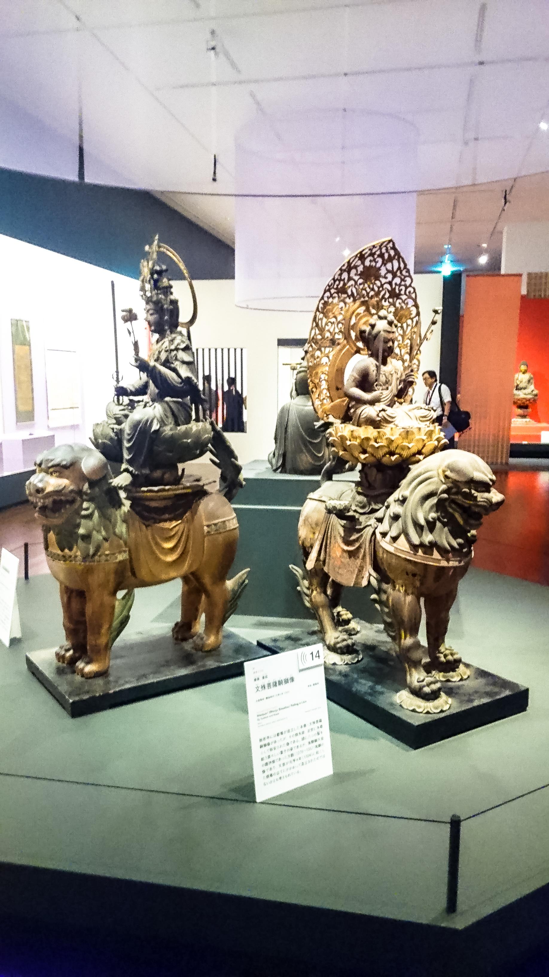 重要文化財《文殊菩薩騎獅像》(いずれも鎌倉時代、左が大智寺・右が般若寺所蔵)