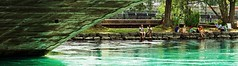 Genève - le Rhône - vacanciers sur la promenade des Lavandières, depuis sous le pont de la Coulouvrenière