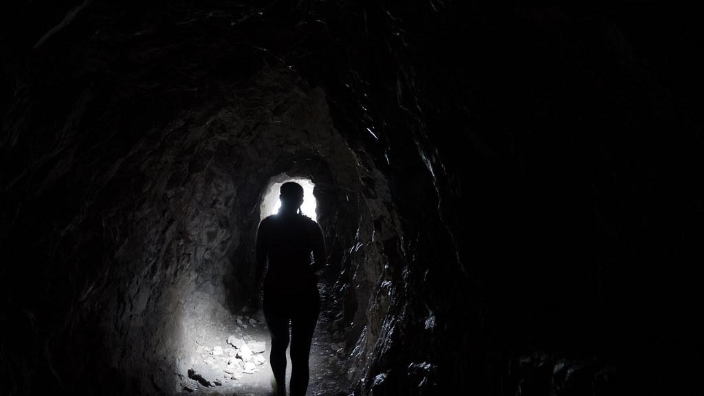 Lyhyehkö tunnelinpätkä patikkapolulla