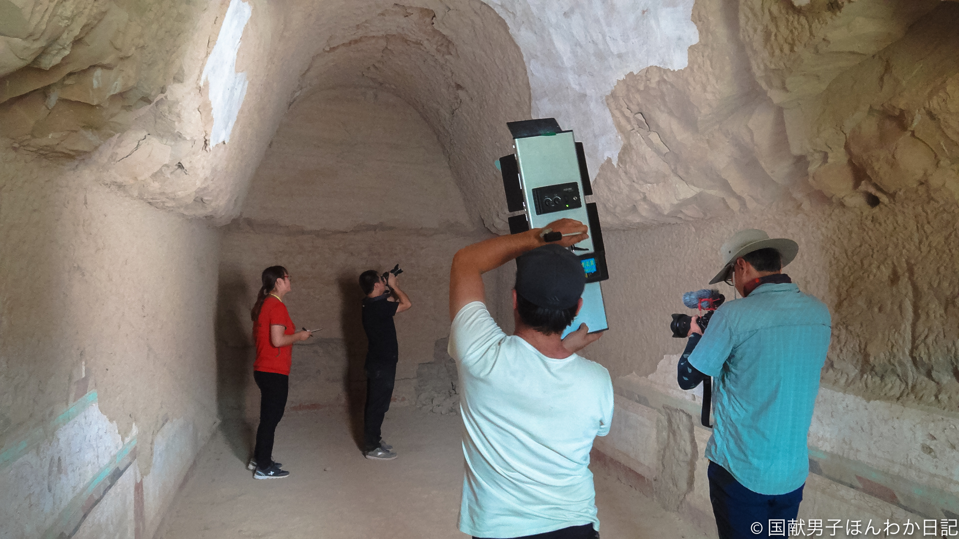 亀茲研究院が212窟で調査中(撮影:筆者)