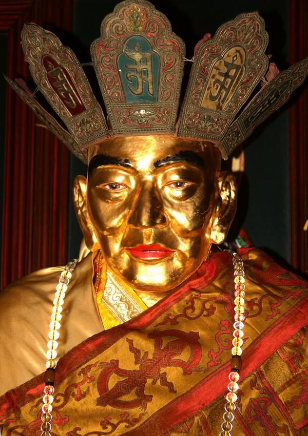 Mumi Master Cí Xián setelah dilakukan penyepuhan dengan emas.