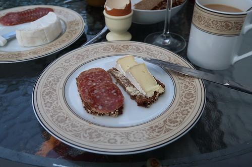 Rhöner Stracke und Camembert auf Vollkornbrot (von der Antonius Bäckerei)