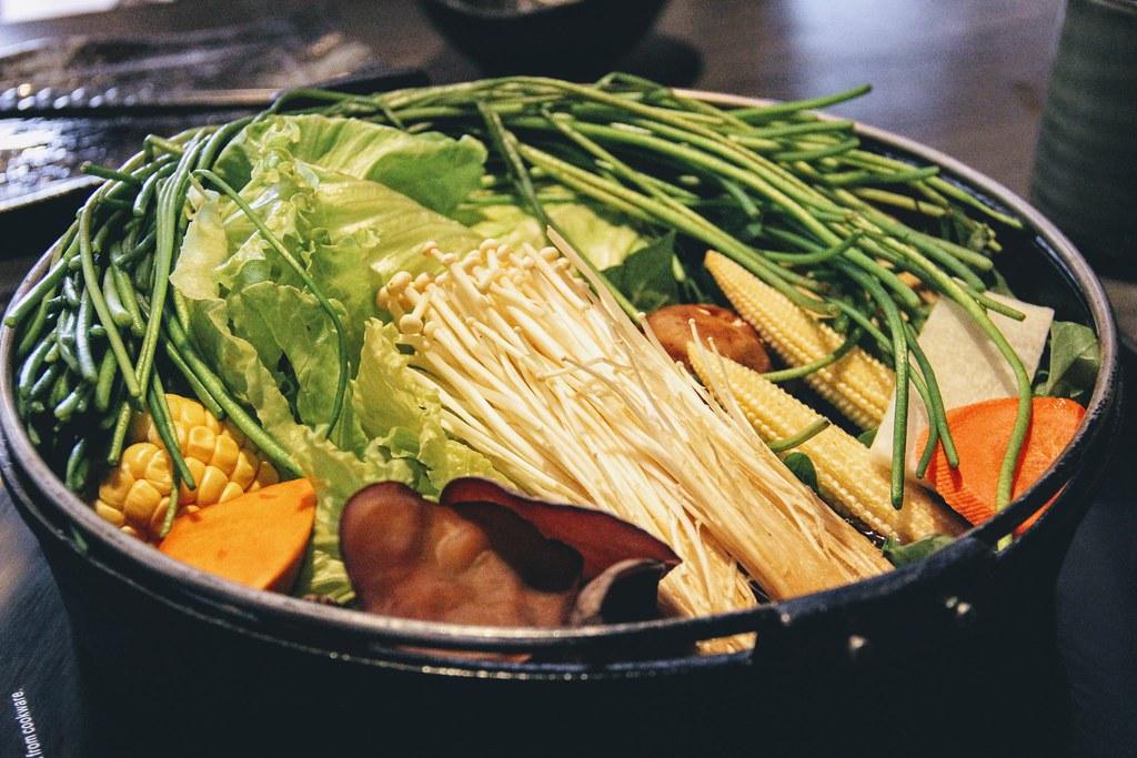 這是剛上來就有的壽喜燒鍋喔! 就是給這麼多菜...XD