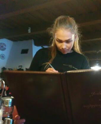 Ruzomberok, Eslovaquia | Motel Vlčí Dvor | Camarera tomando nota