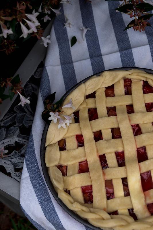Pastel de ruibarbo y fresas