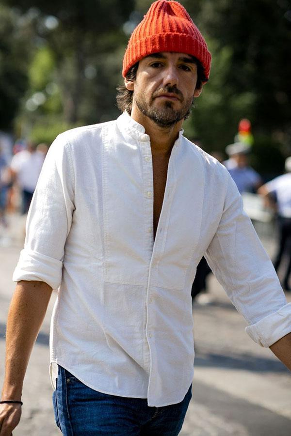 オレンジニットキャップ×白バンドカラーシャツ×デニムパンツ