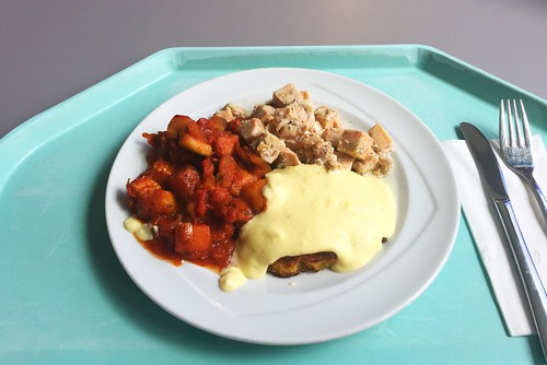 Hash brown with diced salmon, ratatouille & sauce hollandaise / Tellerrösti mit Lachswürfeln, Ratatouille & Sauce Hollandaise