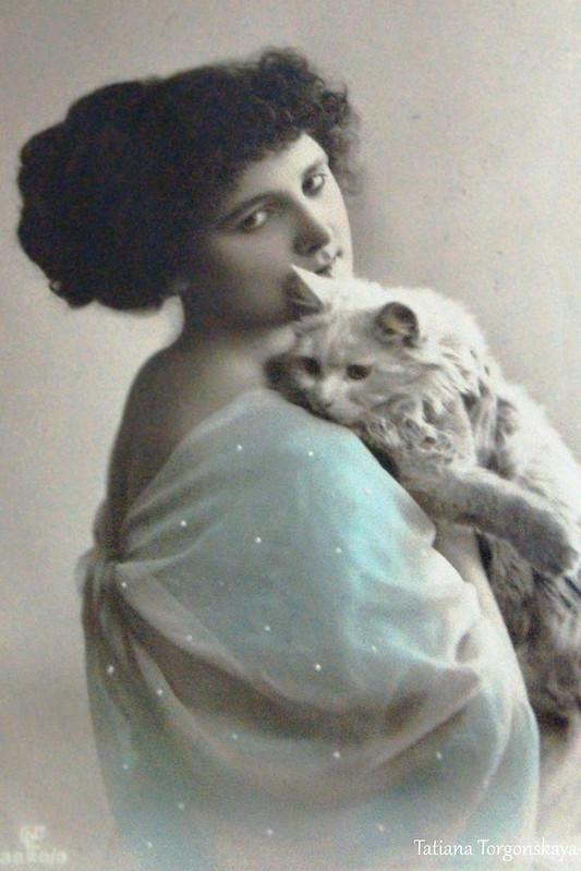 Старые открытки с девушками и котами