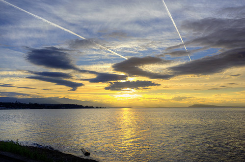 britishcolumbia canada sunsets qualicumbeach sun sky clouds straitofgeorgia salishsea mountains contrails vancouverisland water beach