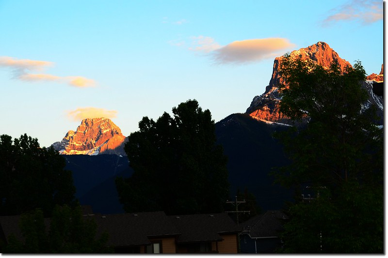 Canmore南眺Mount Lougheed (L)、Little Sister(R)