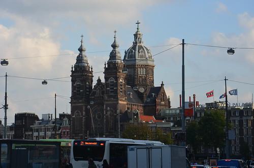 Blick vom Bahnhof auf die Nikolauskirche in Amsterdam