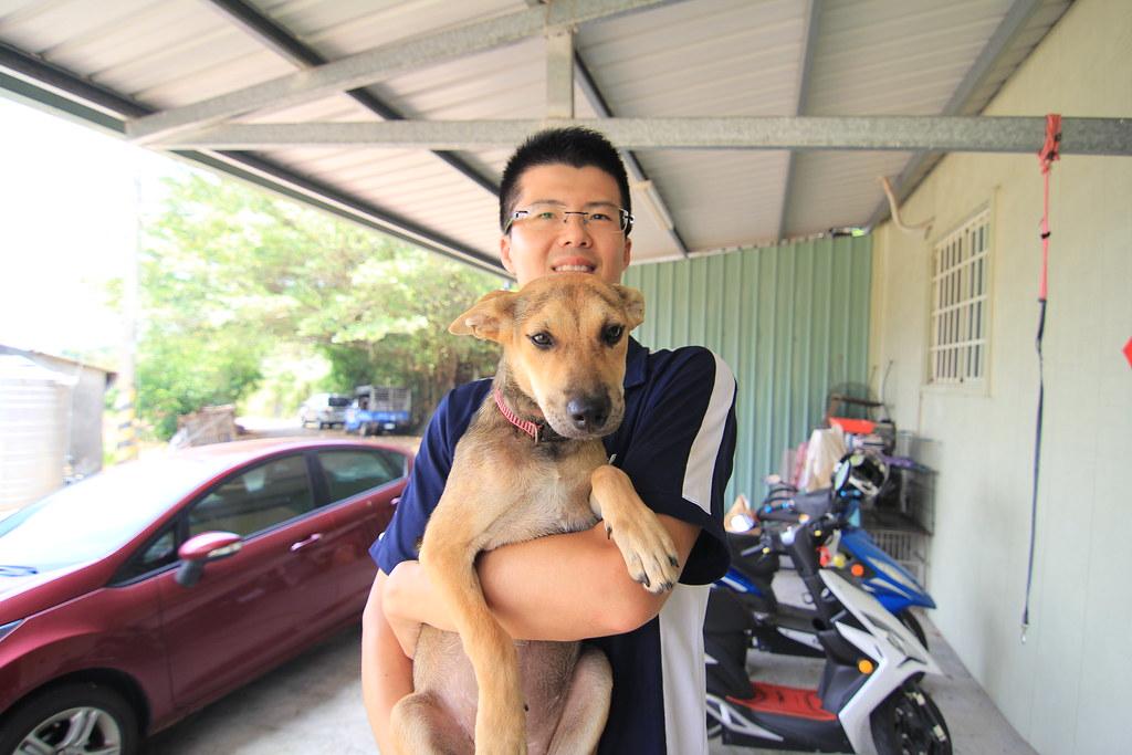 蕭立俊理事長與他照顧的粉粉合影期望快點幫他找到新家