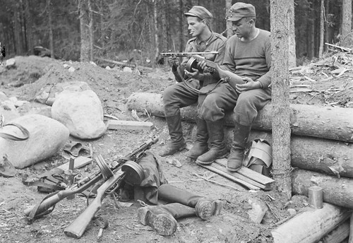 Finish soldiers check out a Soviet  PPSh-41 at Lajmola, Finland