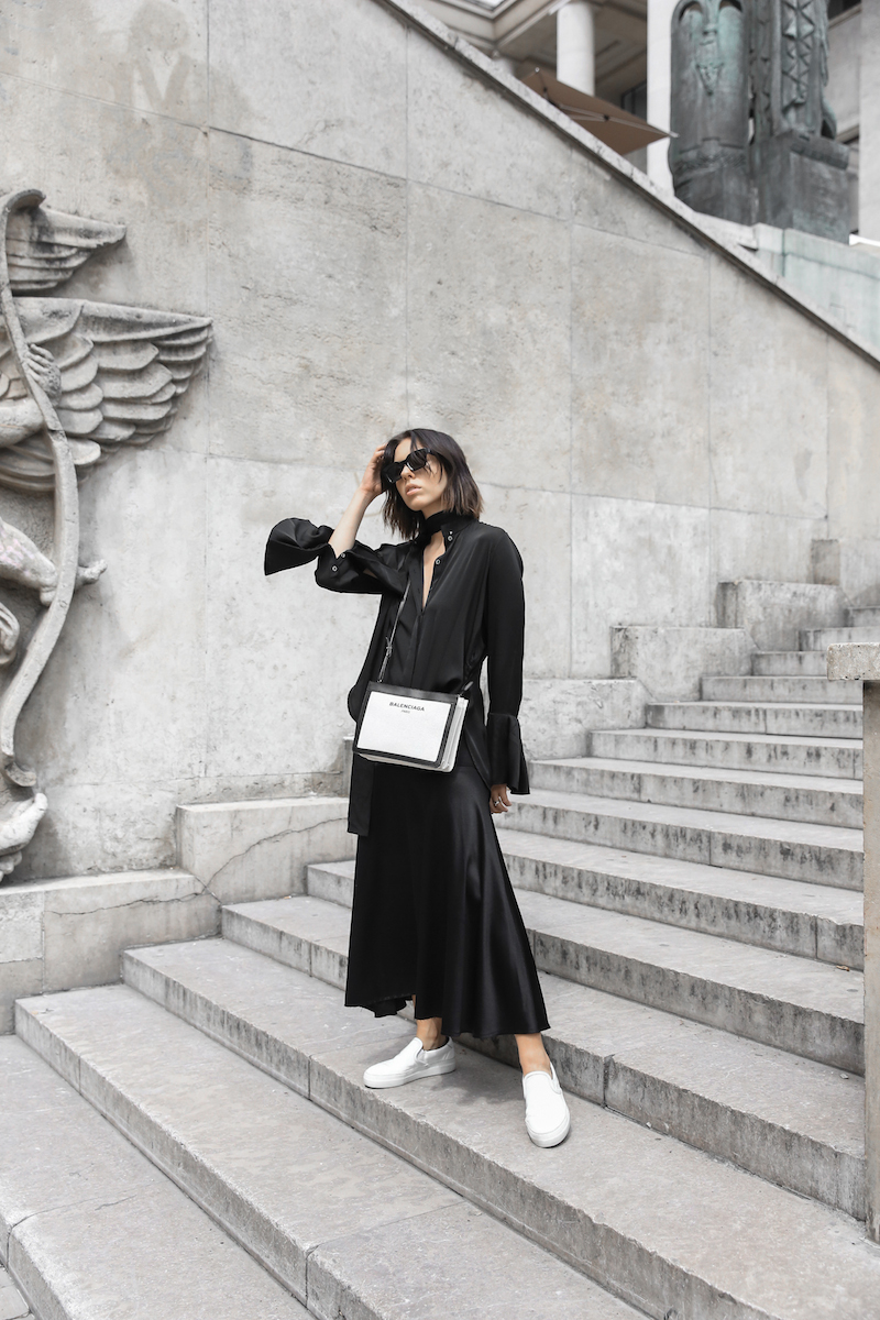 balenciaga canvas pouchette bag paris all black street style sneakers celine sunglasses palais de tokyo minimal fashion blogger kaity modern legacy (5 of 12)