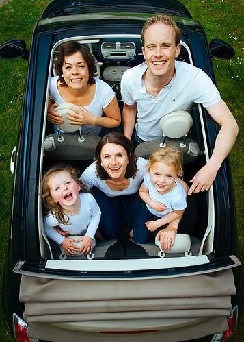 一家人在車裡