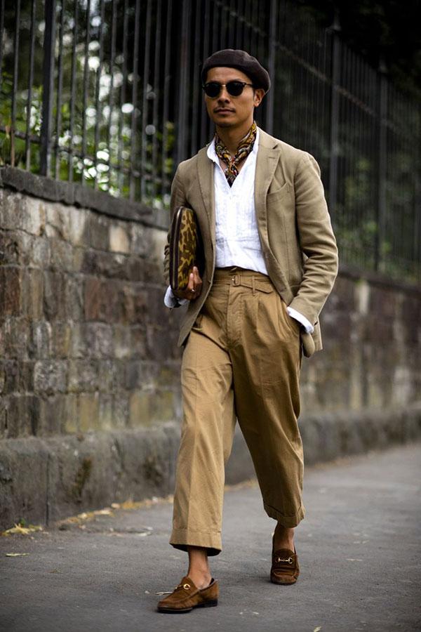 ブラウンベレー帽×ライトブラウンテーラードジャケット×白シャツ×ベージュクロップドパンツ×ブラウンビットモカシン