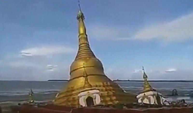 Stupa atau Pagoda tenggelam setelah air sungai meluap karena banjir besar, pada Kamis (20/7/2017). Foto: Tangkapan gambar Youtube