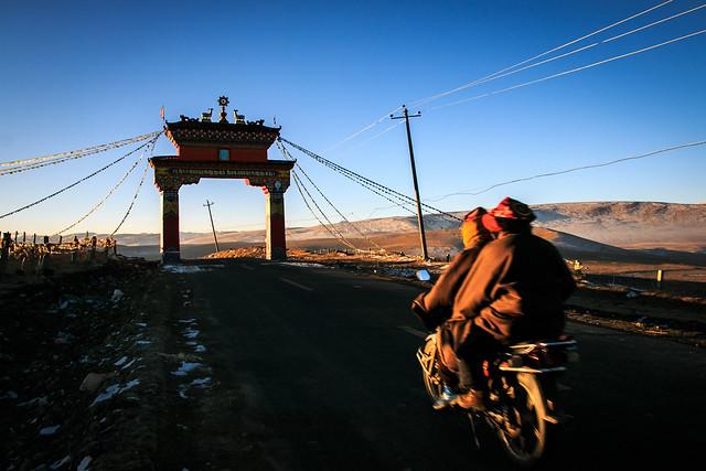 A gate leads to Yarchen Gar アチェンガルゴンパへ続く門