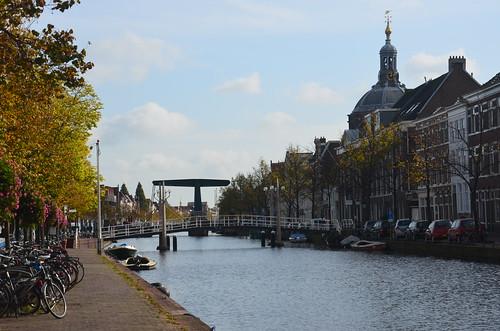 Hebebrücke in Leiden mit Schiffen und breiter Gracht.