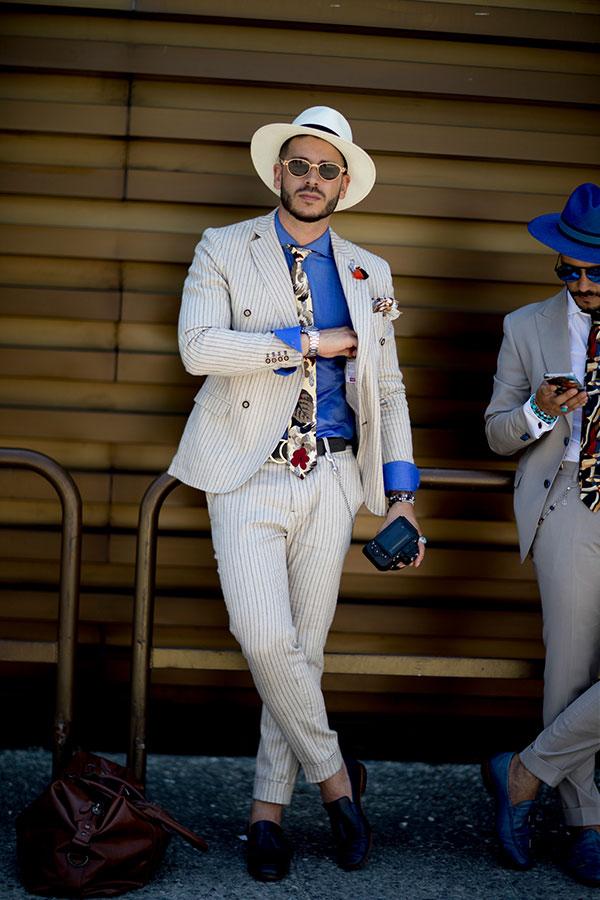 白ハット×オフホワイトストライプダブルスーツ×青シャツ×柄ネクタイ×ネイビーローファー