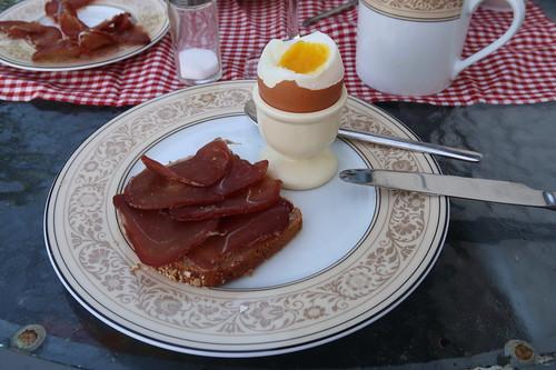 Lammschinken (aus dem Regionalladen auf der Wasserkuppe) auf Dinkelbrot (von der Antonius Bäckerei) zum Frühstücksei