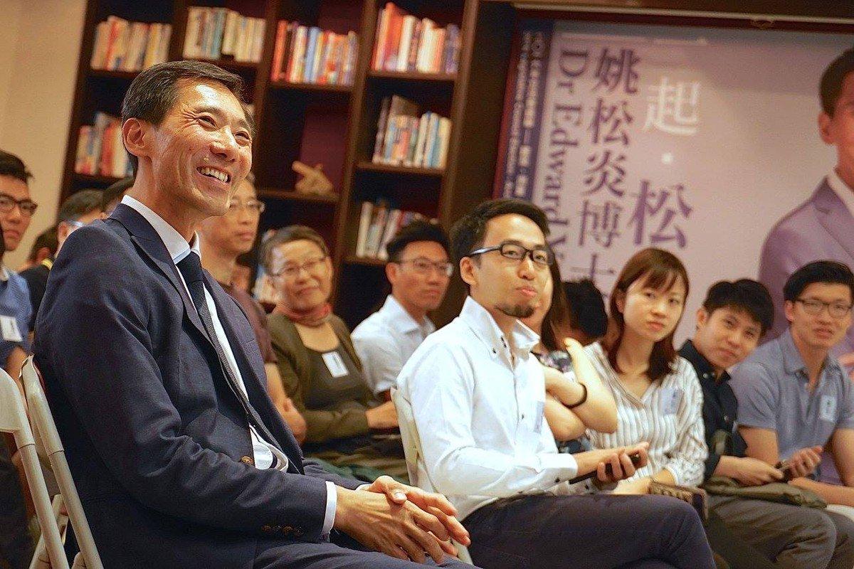 選舉期間,姚松炎與為其助選的年輕建築師、規劃師等。攝:Una So